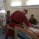 Babbo Natale visita i piccoli bambini